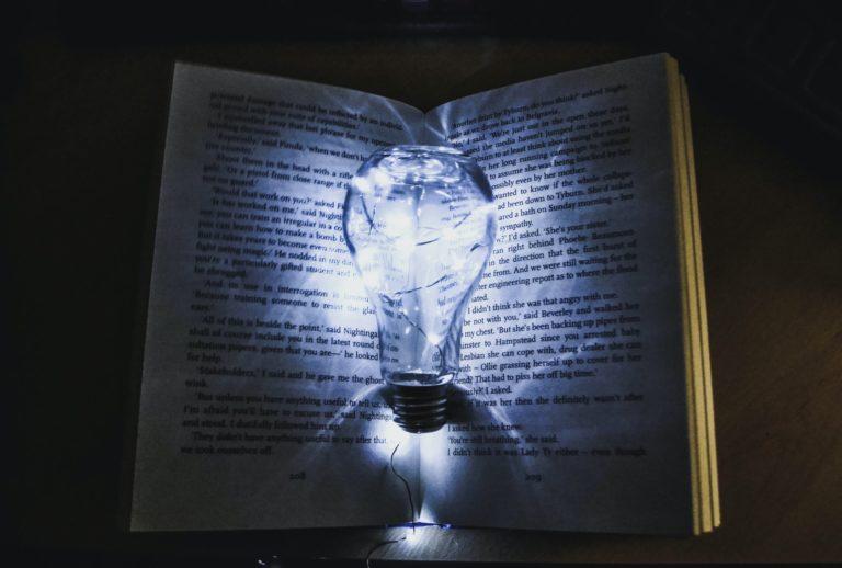 Lire en V. O. pour s'améliorer en anglais : des enjeux sous-estimés